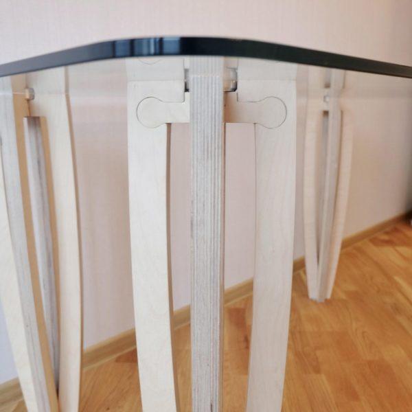 Стол №2 от «Седов и Ко», 1400x800x760 мм, березовая фанера, ЧПУ-фрезеровка, ручная полировка, ручная лакировка, закаленное 10-мм стекло, лак на водной основе. http://sedoviko.ru/table2/